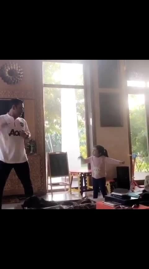 #thaladhoni #msdhoni7 #msdhoni #ipl-2019 #summer-look cute pie ziva #dance  with dhoni 😍