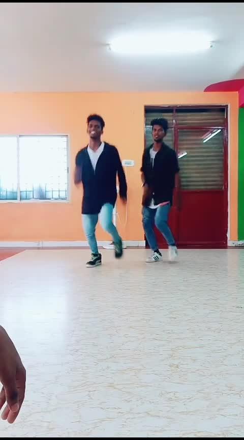 yekka yekka 😄 hot dance 😽😽#hot-hot-hot #roposo-dance #songssss #style-owes-smile #ropo-swag #roposo-smile