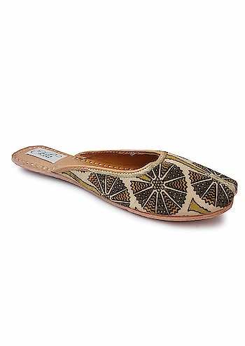 Ekta Women Handcrafted Jutti Kalamkari print Backless slipon jutti For Girls  Rs: 1,320  Sole: Other Closure: Slip On Upper styled with 100% cotton traditional kalamkari fabric Padded cushion inside for comfort Hand-stitched detailing on fabric and soles with golden and white threads  https://amzn.to/2VsuRXn