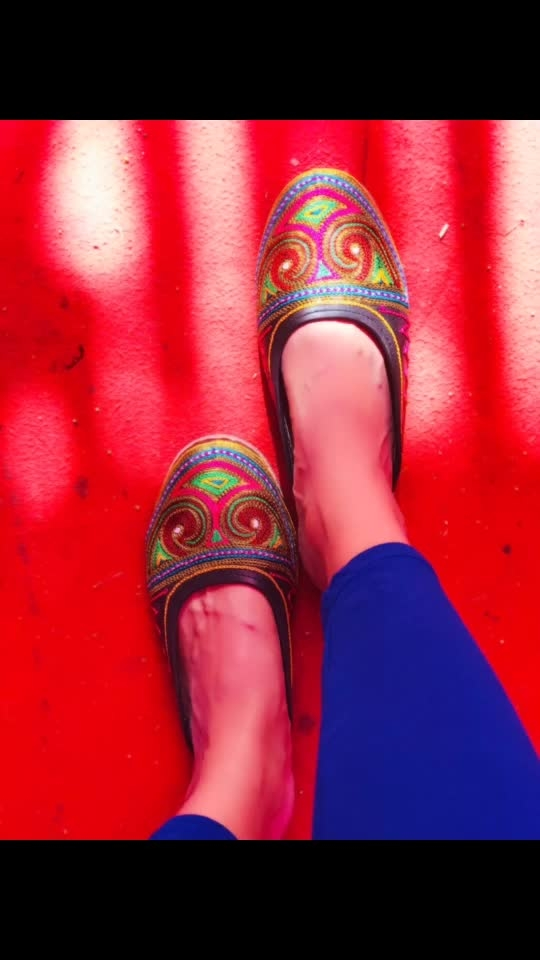 Mostly I'm high heels lover but recently I wore this #juttis and I felt so comfortable so changed! As I can wear this on Indian as well as in western outfits! 😊 * * #thesnazzydiva #devkidhuria #juttis #mojri #jaipurimojri #jaipuristyle #plixxoinfluencer #galleri5influenstar #thestylestamp #footweardesign #indofootwear #indianfashion #westernfashion #instalove #instafashion #footweartrends #footwearstore #roposolove #soroposo #roposofootwear #roposoness #soroposolove #roposolike