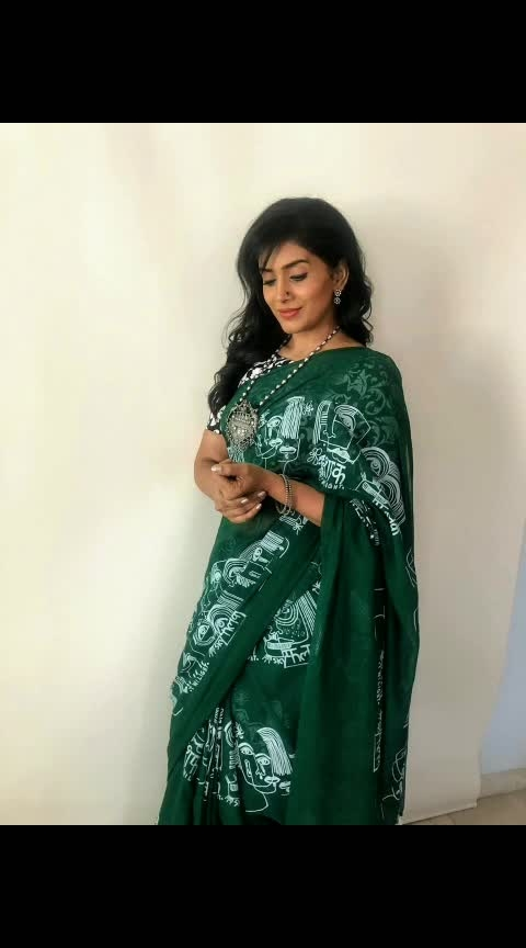 Thank you for this funky saree gift #overapintofbeer I simply loved it..! 😍 Neckpiece by #synascollection . . Styled by @prachethestylist  😘 Hair- Vidya . . #saree #indian #ethnic #potd #ootd #sareelove #greensaree #stylepost #getthelook