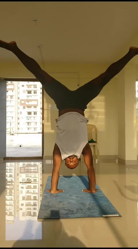 Gaze Shifted Press . . . . #handstand #yoga #yogaboy #yogastrong #yoga4roposo #inversions