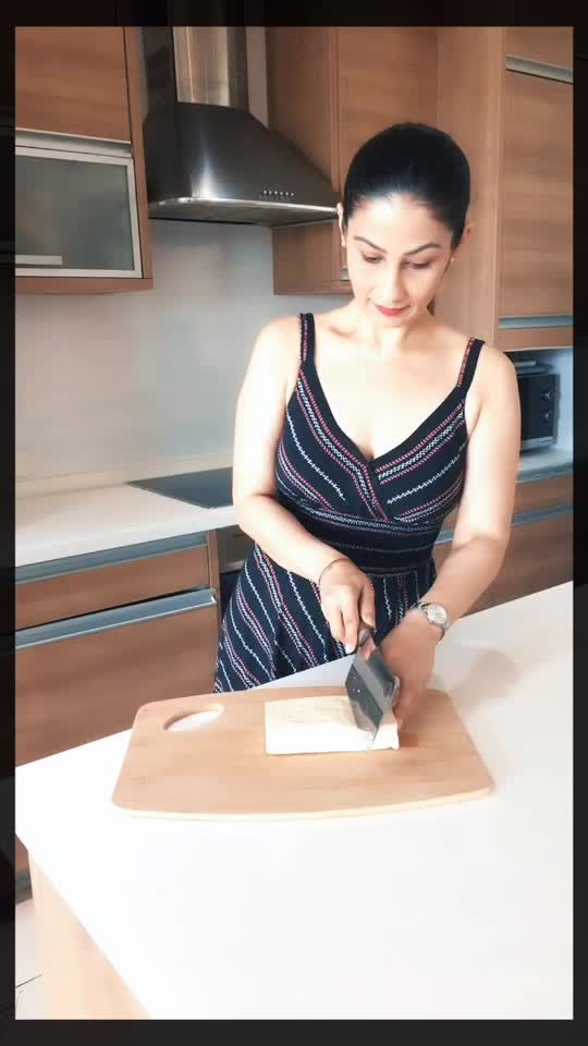 How to cut Tofu or Paneer triangle shape? Do it slowly. No need to rush. Use your geometry knowledge and angle the knife or cleaver and you will have your perfect triangles. Love M #ChefMeghna #MeghnaKiClass #MeghnasMagicTips #ChefLife #chefknife #cleaver #tips #kitchenhacks #knives #tricks #tofu #paneer #cutting #chopping