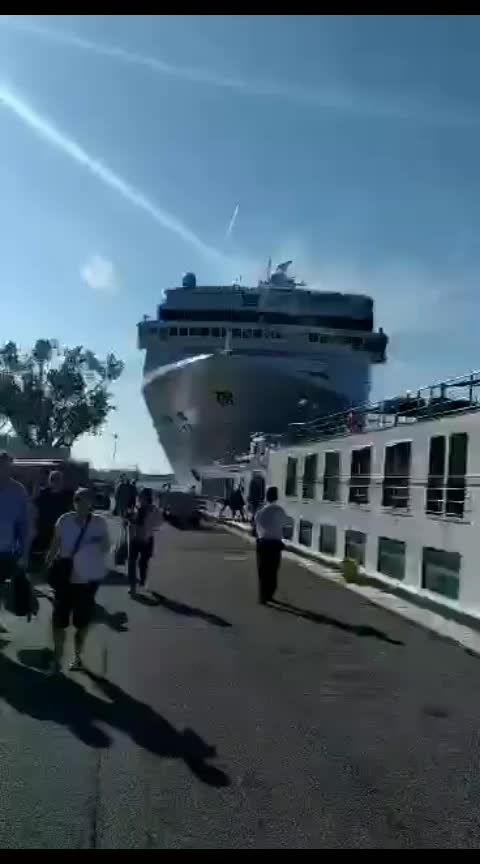 Cruise ship Rammed into Dock at Italy  , 5 people injured.