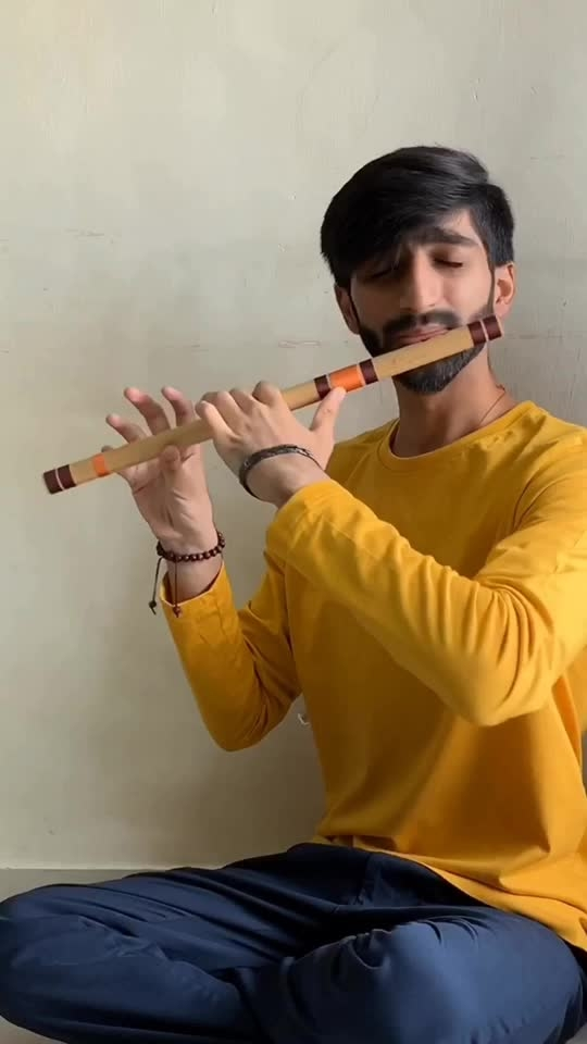 """Mahi mainu chhadyo naa Ke tere bin dil naiyo lagna Jithe vi tu chalna ae Maahi main tere pichhe pichhe chalna...""💛 . This beautiful song ""Ve maahi"" from the movie ""Kesari"", covered on Bansuri. Such a catchy melody with lyrics being the cherry on top! .  Do make sure to share this with your friends, family on n your stories etc, let's get the video viral!  . . .  #flute #flutist #flautist #raaga #fluteplayer #akshaykumar #parineetichopra #classicalmusic #kesari #instamusic #musician #artist #indianmusic #bansuri #cover #flutecover #music #love #song #songs #instagram #coversong #india #arijitsingh #vemaahi #punjab #bollywood"