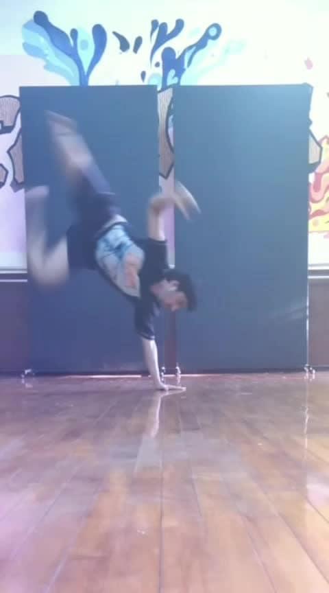 #handhops #dance #roposo-dance #artist #roposoart #stunt #stunts #tricks #videooftheday #videooftheweek #practice