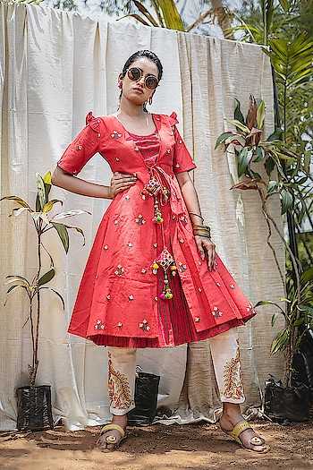 Follow This Amazing Trend Of Designer Readymade Pair Of Kurti And Pants. ♥ Price:- 2205/- For similar visit 👉 https://bit.ly/2ISpwoR To Order Whats-app us (+91) 8097909000 * * * * #kurtis #kurti #onlineshop #onlinekurtis #kurtisonline #dress #indowestern #ethnicwear #gowns #fashion #printed #2pcsset #pairsuits #kurtispants #printedtops #ethnic #womenwear #style #stylish #love #socialenvy #beauty #beautiful #onlineshopping