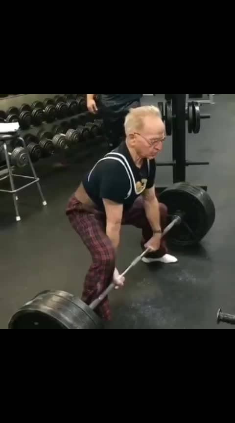 #89 year old man deadlifts 405 pounds for 2 reps 😧😳