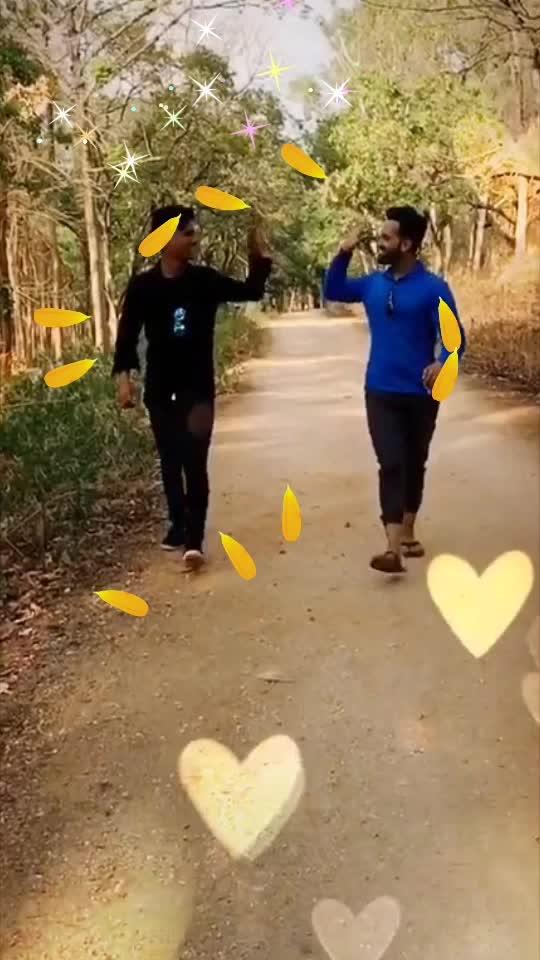 Ye Dosti tere dum se hai 🤝  #featureme #featurethisvideo #dosti #yedosti #bff #friendship #bollywood #actor #roposolove #roposoindia #roposo #loveroposo #mahii #mahendrapandey #mahiilove🐒