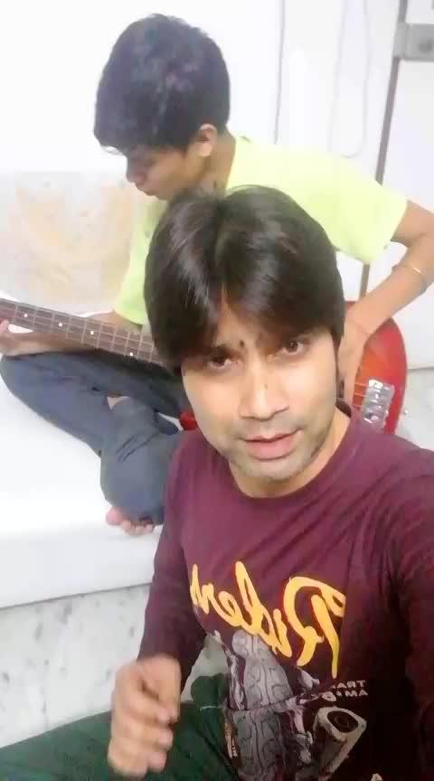 Tumse hi tumse hi #shahidkapoor #kareenakapoor #jabwemet #loveatfirstsight #loveroposo #romantic_roposo #live #jamming #bassguitar