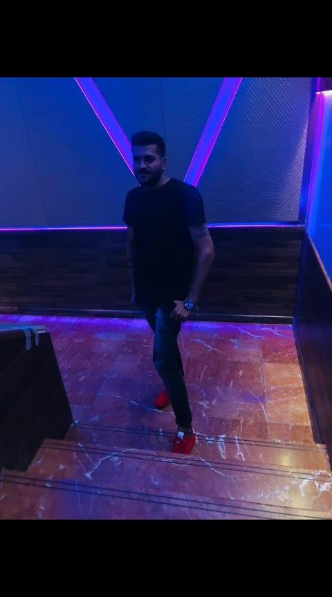 Wearing black makes me smile inside 😀  #2019internationaltour #Dubai 🇦🇪 #UAE #Tour #InternationalDj #Dj #Producer #musicproducer #dj #djlife #likefourlikes #musicismylife