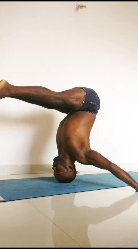 Mukta Hasta Sirsasana Variation . . . . #yoga #yogastrong #corestrength #inversions #headstand #headstandlove #yogawithsamrat #yogastrong #yoga4roposo