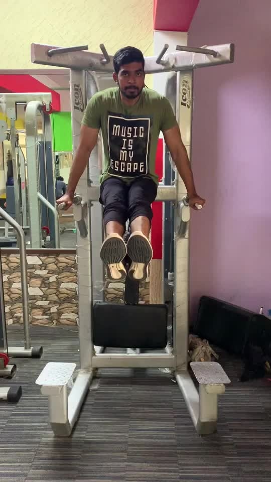 Doing core workout with parallel bar #coreworkout #workout #fitness #fitnessaddiction #healthylife #lookgoodfeelgood #roposo