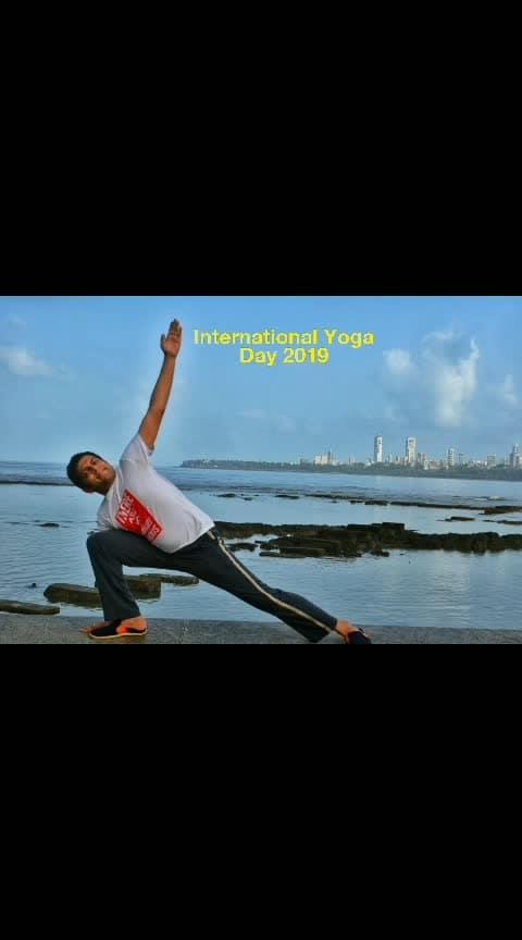 Proud to be Indian. 🙏 International Yoga Day in Mumbai.  #blogger #yoga #yogaeverywhere #fitness #fitnessmodel #fitnessblogger #fitnessgoals #healthy #healthylifestyle #mumbai #mumbaiblogger #yogaday #mickeymehtafitness #roposo-wow