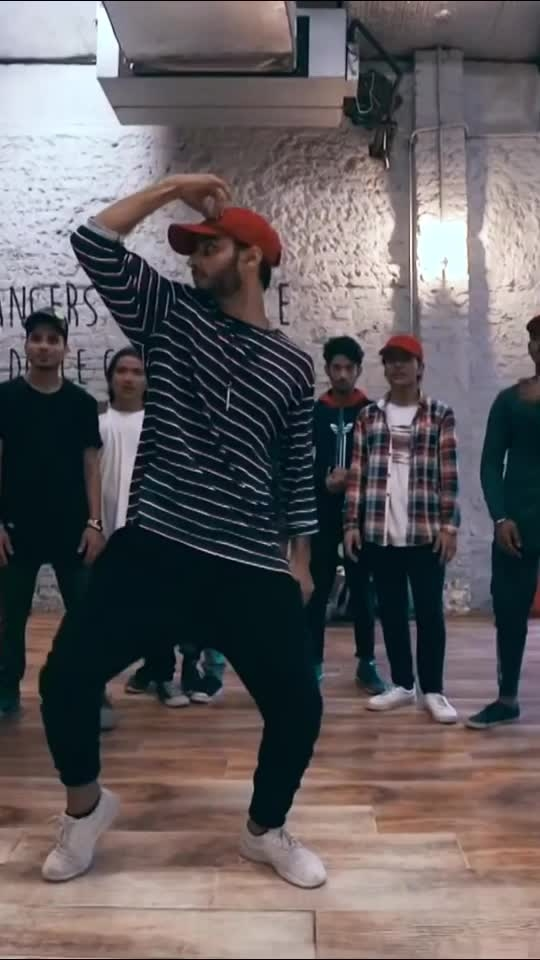 Some moves on this dope song. Join my regular classes. Details are in the profile😎🙌 #dance #roposo-dance #mohitsolanki