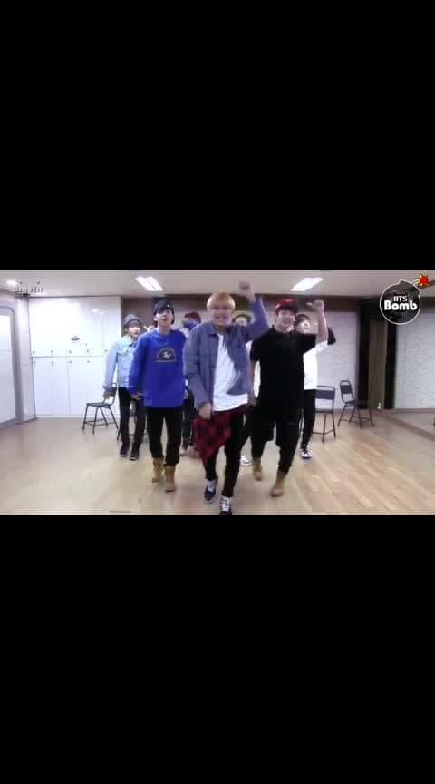 #roposomusic V: laughing till the end of dance 🤣 #btsvideos #roposobeats  #roposodance #bangtansonyeondan  #roposomusicmasti #dancepractice #bts #army #kpop #armypurplebts #roposocute #roposobeatschannel #roposomic #justoneday  #kimtaehyung #taehyung #V #BTS #headphones #dance #song #music #soroposo #roposoness #roposo