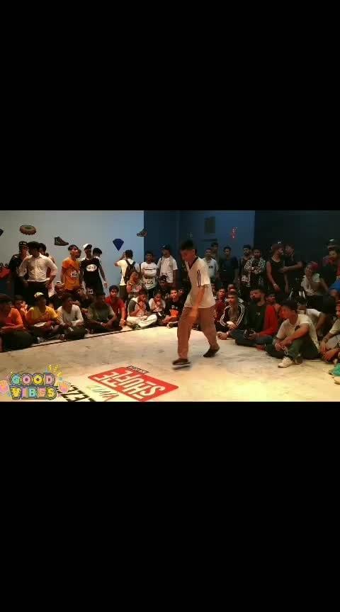 break dancing #hiphop #roposo-dance #roposo-music #breaking #battle #round #roposo-fun #roposo-style #exploring #chillvibes #breezervividshuffle #livelifeinurownstyle #danceplus