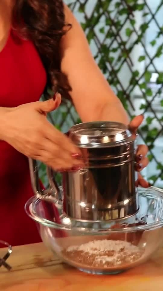 Baking tip #2  Use a sifter to sift the flour & other dry ingredients. It will give you good aeration while preparing the cake. Sifter will ensure no lumps in the cake. 💋💋💋 Love M #chefmeghna #caketip #cake #cakes #cakeboss #cakeshavelayers #wastage #baker #baking #meghnasmagictip #tips #tip #cakesmash #indianfoodblogger #indianfoodbloggers #foodies #cakelove #cakelovers #lovecake #sift  #drysift #ifoundawesome #kitchenhacks #kitchentips #bakersfield