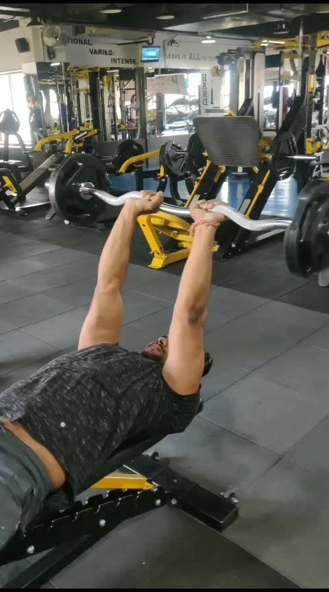 lying triceps extension #triceps #fitnes #gym
