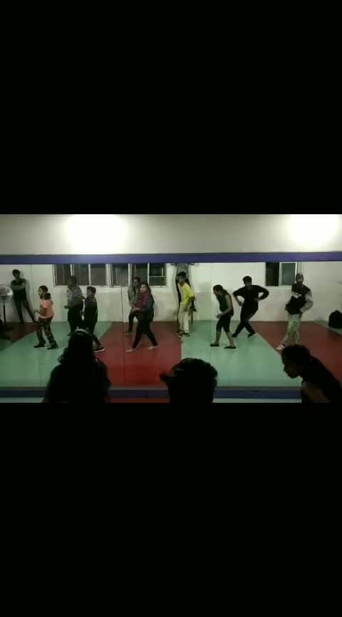 Lambherghini #hindisongs #hits #alltimefavoritesong #dancefloor #batchtime #cbe #div #dancingmoves #roposodance