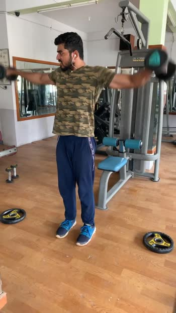 Dumbbells side lateral workout...first half then full and finally hold for 10seconds #sidedeltoids #deltoids #deltoidsworkout #workout #workoutmotivation #roposo