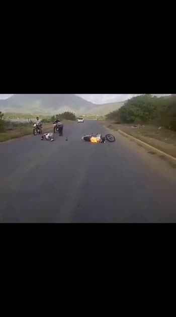 """இதைப் பார்த்த பிறகாவது இளைஞர்கள் மனம் மாறினால் , இந்த பதிவிற்கு கிடைத்த வெற்றியாக இருக்கும் . """" வாழ்க்கையில் மாற்றம் தேவை """" . #roposo_funny  #roposo_hahatv  #roposo_exclusive  #bike-stunt  #bikeaccident"""
