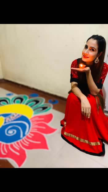 "अंधेरे को कोसने से बेहतर है, एक दिया जलाया जाए...💥 PS:- That ""Rangoli"" which you can see by my side is made by my sis 👇🏻 📸 @singhanji522  #lamp #lentern #light diwali #indianoutfit #pose #poser #style #fashion #instame #influencepeople #influence #longhair #openhair #diwlaipic #diwali2019 #festivelook #Libas #libasindia #mystyle #styledbyme #festivelookbook #ethnicstyle #comfyootd #diwalicelebration #indiantradition #pinkysinghartist #blessed #gratitude #grateful"
