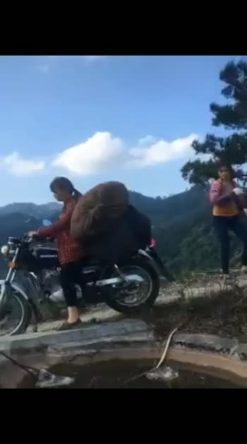 You can't believe your eyes when you see these girls driving!!!!..  This is in Vietnam 👇🏻🤭👇🏻