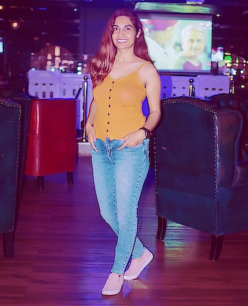 Sunburnt, Tanned and Unkept!  Sometimes Casual and Carless is better than Classy and Chic 😎  An evening at @isackednewton_official   P.S. - I am back after a long adventure trip! Stories will be soon up! 😉  #fashionblogger #indianfashionblogger #casualoutfit #ootd #bronzedskin #tannedgirl #ISackedNewton