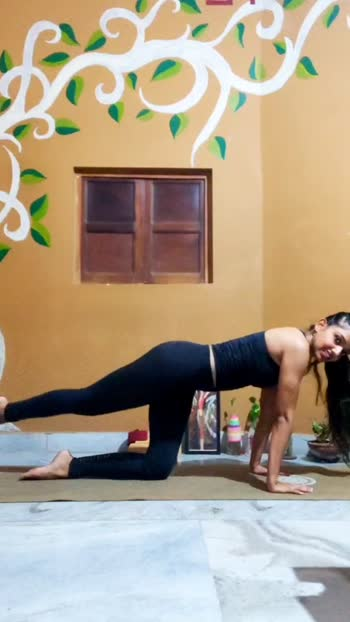Diagonal leg lifts in Cat pose! Wonderful way to work on strengthening of your glutes, toning of your obliques and stabilizing your core muscles.  Start with 5-10 rounds and then slowly increase the number to 30 on each side. Enjoy the burn 🔥🔥🔥🔥 #yoga #yogaeveryday #yogaeverywhere #glutes #legs #strongwomen #stronggirls