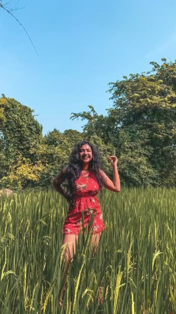 How to pose in a grass field🌿 #posesforpictures #poses #posesforgirls #risingstar #roposostar #mumbaimodel #modelphotoshoot #fashionvideos