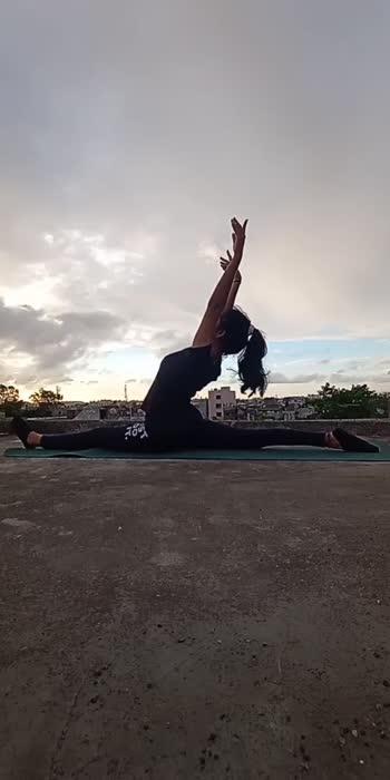 #zumbaworkout #yogachallenge #yoga #explore #explorepage #fitness #stretching #backbends #backbendlove #forwardbend