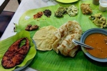 We're #craving the surmai fry thali featuring fried surmai, #fish gravy, #rice, papad and #vegetables served on a banana leaf. Image via homegrown.co.in #food