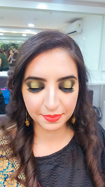 #makeupartistindia #makeupartistsworldwide #smokeyeyemakeup #contour #strobe #softcurls #studiofixfoundation #maclipstick #bobbibrown #makeuplove