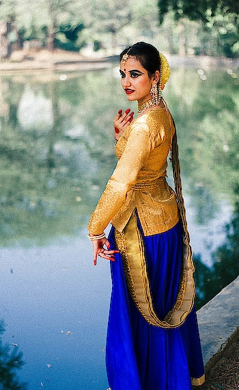 poetry is an echo, asking a shadow to dance 💃💃 . #dance#potraitphotography#photoshot#roposo-photos#photo-shoto#photogram#lovemylife#lovemyjob#blessed🙏