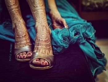 maplemehndi definitely knows how to give a beautiful embellishment to the bride's pretty legs!  #WedLista #FashionForWeddings
