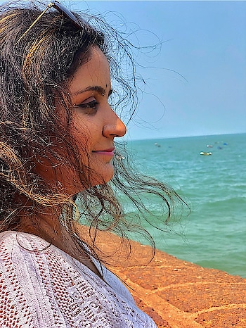 There's something about the wind playing with your hair. It's just been three days and I already want to go back. Is there a thing called vacation from vacation blues?! . . . . #mdblogs  #beach  #beachlife  #blackhair  #mdblogs #sinquerim  #chandigarhfashion  #chandigarhblogger  #chandigarh   #mohali  #goa  #hairgoals  #creatorshala  #love  #peace