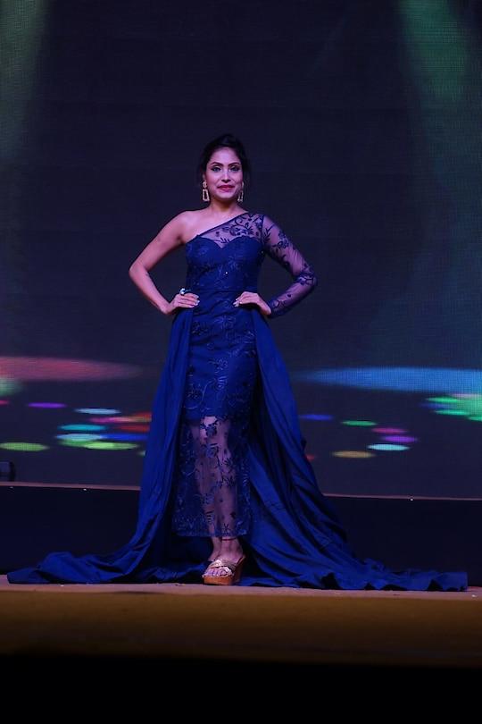 #showstopper #sudhajain #sudhajainatraveller  #fashion #fashionchannel #goldshoes #bright  #bluelove #tajdeccan