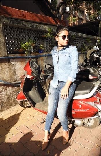 Mix a lighter coloured shirt with dark denims to have some contrast 👕👖 #goodmorningworld #styletips #halftuck #denimondenim #denimizetheworld #Only #onlyindia #denimdiaries #denimlove #onlydenim #denimize #fashiongram #instafashion #stylefile #stylegram #instastyle #instalike #instame #fashionist #staystylish #staycool #nudetoberries #beautyandlifestylewithafreen #roposo @roposotalks
