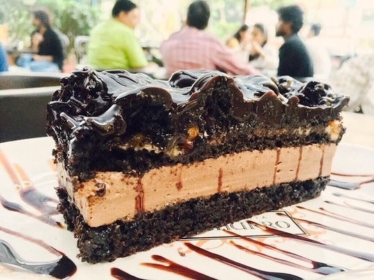📍Chocolateria San Churro, Mumbai . . 🍴Caramelised Chocolate Marble Cake . . 🤑 INR 250 . . Definitely a treat for the eyes and taste buds ! Moist, tender , irresistible , deliciously soft chocolate with a layer of caramel.Like this is definitely one of the best looking dessert so far. 😍😍 . . #fttfact Did you know what's the logic behind calling it 'marble' cake ❓ When sliced through, you will notice that the coloured cake mixture has created a visual marble effect to the cake and if usually has 2 or more colours. #desserts