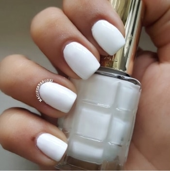 Today i am sharing a Swatch of an amazing Nail Polish Collection by @lorealindia !!! This Collection is called  Loreal Paris Riche A L'Huile Nail Paint and there are 22 Shades available in total !!! Priced at 399 INR !! Easily available!! I got mine from @shoppers_stop at an amazing deal !!! This Gorgeous White Polish is called #blancdelune #blancdelune112 #lorealblancdelune  PROS:- Smells awesome even after hours / days of application Long Stay Fast Drying High Shine CONS:- Dries too fast so u gotta be super quick while applying it !! Hope ya like it 💅🏻 #nails #blogger #nailbloggers #nailblog #blogpost #naildesigns #naildesign  #manicure #loreal #lorealparis #lorealriche #lorealblancdelune #lorealparisindia #loreal#lorealnailpolish #nailsoftheday #nailpolishswatch #swatches #whitenails #whitenails #whitenailpolish #nailpolishlover #nailpolishreview #lorealriche #nailblogger #blogs #nailbloggersofinstagram #nailblog #whitenailpaint #nailiesbyarushi 💚 #nailpolish