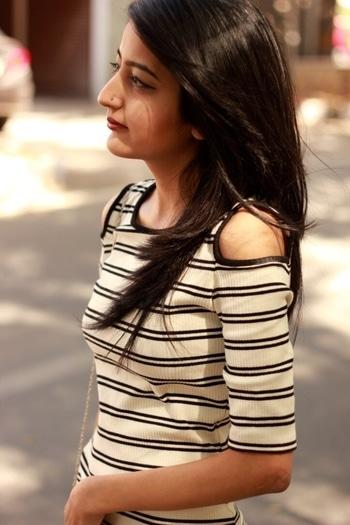Still obsessing over #coldshoulder details 💛 . #howilikeit #howilikeitjournal #fashion #fashionblogger #blogger #delhiblogger #indianfashionblogger #coldshoulderdetail #coldshoulderdress #mango #mangodress #stripes #stripeddress #bodycorndress #closeup