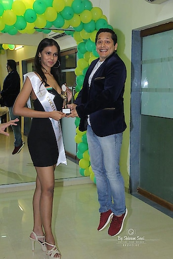 Look I'm taller 🤣🤣🤣 Lmfao when u try to match ur height with the tallest model in the batch @cocoaberrytalent33 Great going guys @anjali_raut_cocoaberry @allylovesgym @_siddhaanth_  was super fun being part of the graduation day n judging such awesome talents #graduationday #models #fashion #pageanttraining #cocoaberrytalent #ramp #pageant #fun #masti
