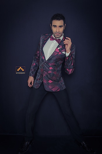 And I pose again 🙈🙈🕺🏻🕺🏻🕺🏻💐... the dancer In me is always ready to pose... #dancer #pose #photoshoot @akashkumbharphotography thks for this pic.. #cameralove #sandipsoparrkar #experience #lifestyle #fashion #suits #menfashion #style #roposofever #soroposofashion #roposostyle