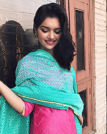 Nothing better to amp up your lohri look than a Casual green Banarasi jet net chunni by @unnatisilks 💓 And what better when it is handcrafted and handwoven, not does only it glams your look but gives employment to plenty of people out there. . #unnatisilks #handlooms #iwearhandloom #handloomswag  __________________________ #festivelook #lohricelebration #indianfestivals #indianwedding #indianfestive #festivelook #festivevibes #traditionalwear #ethnicwear #ethniclook #whatiwore #festivevibes #fromwhereistand #thatbohogirlfeatures #delhifashionblogger #plixxobypopxo #sdmdaily #TheStyleStamp #campusbloggers #ootdindian #sodelhi #dfordelhi #delhiuniversity #southdelhi #campusdrift