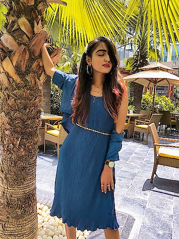 I am always into knee length dresses 👗. They look super elegant & chic. They always go well with the day time look & night time look also. // Wearing this elegant piece from @raggasurat // . . . . #fashionblogger #fashiontrends #fashionblog #riyalekhadiya #riaaarelfam #riaaareltravel