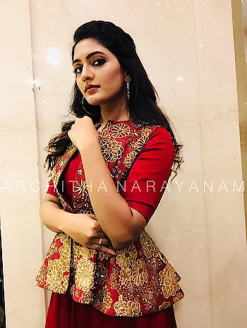 ~Eesha Rebba in red and bright~ @yourseesha  #archithanarayanamofficial #eesharebba #anarkalis #gowns #floorlength #bright #tollywood #awardsnight #peplum #stylish #embellished #gold #indiandesigner #actress styled by @shivani.vanka