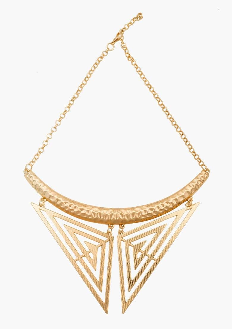 Add some sass to your 9 to 5 looks with this gold collar necklace. Featured a hammered bar with a delicate collar shaped based. It stands out with a classic button down shirt. #neckpiece #necklace #gold #statementnecklace #collarstyle