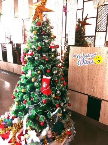 Christmas decorations are up and  ready @ #holidayinn hotel !!!!  #christmastree #christmas2017 #decorations #celebrations #holidayinn #kolkata #weekend #weekendvibes