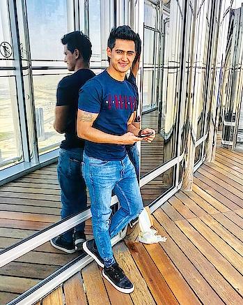 A Smile can make a big difference :) #travel #traveller #travellife #travelfiles  #fitness #fitnessmodel #tshirt #denim #shoes #pullandbear #latepost #apple #picoftheday #color #burjkhalifa #roposo #moments #dxb #lifeisbeautiful #mensstyle #mensfashion #smile #pose #dubailife #dubai #uae #indian #sajansinghrawat